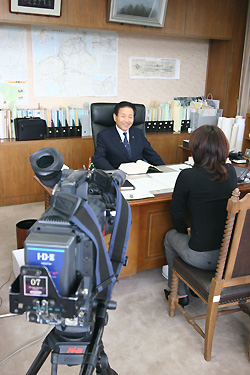 RKBテレビの取材を受ける市長