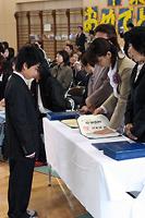 卒業証書を受け取る生徒