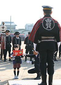 市長の前で「誓いのことば」を読み上げる矢野鈴和ちゃん