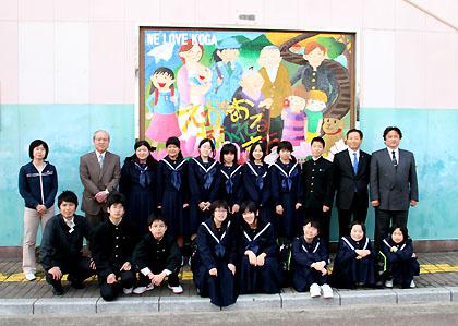 できあがったアートウォールの前で古賀中美術部と記念撮影