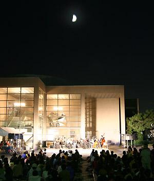 ステージの上に浮かぶ月