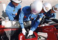 作業する消防団員