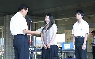 左から中村市長、智原由貴さん、河野雄介さん