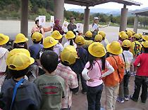 古賀市緑のまちづくりの会の人が、どんぐりについての説明をしている様子
