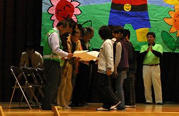 東小児童が子ども見守り隊に感謝状を渡しているところ