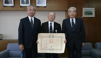 左から山下副市長、近藤さん、中村副市長