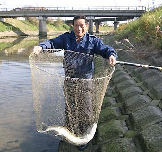 鮭を捕獲した西さん