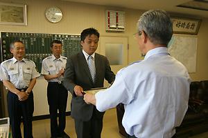 吉田消防長から感謝状を受け取る安陪さん