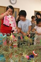 竹を飾り付けている子どもたち