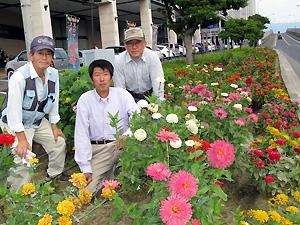 右から井上義廣さん、西村忠進さん、中村孝志区長