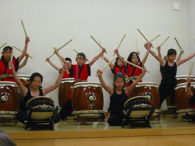 子どもアンビシャスの太鼓の演奏