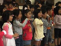 楽しそうに歌う子ども