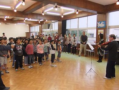 井口さんのバイオリン演奏で歌う子どもたち