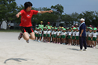 走り幅跳びを披露する佐藤選手