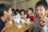 ご飯を食べる子どもたち