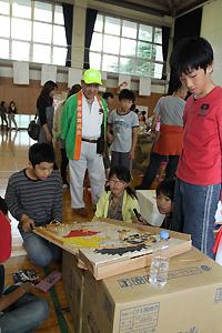手作りゲームに夢中の子どもたち