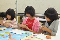 粘土工作を楽しむ子どもたち