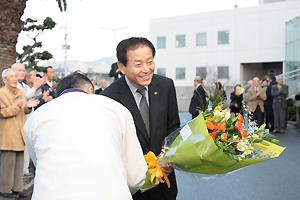 市民から花束を贈られる中村隆象市長