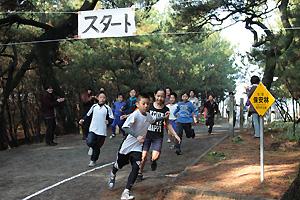 松原の中を走る子どもたち