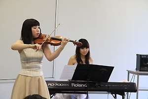 バイオリン:竹内麻美さん、 キ-ボ-ド:永野友加里さん