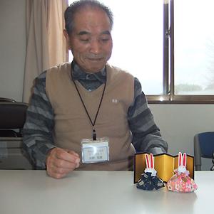 矢野和彦さんと完成したミニひな人形