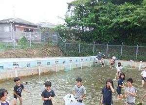 古賀東小プール開きに備えて清掃