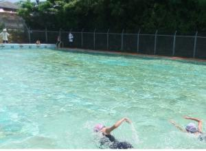清掃をしたプールで水泳の授業
