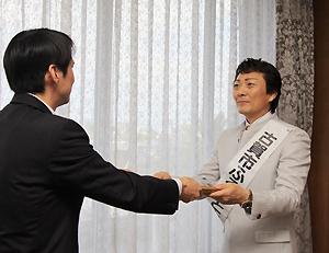 委嘱書を受け取る静太郎さん