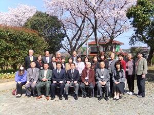 桜とともに記念撮影