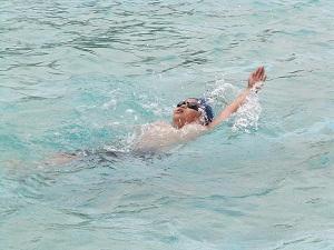 ぴかぴかのプールでのびのび背泳ぎ