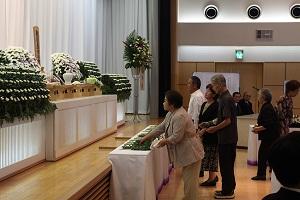 哀悼の花を捧げる皆さん