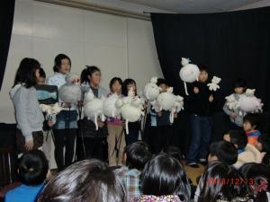 みんなで練習した人形劇を披露