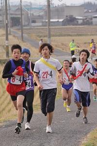 久保橋前の坂を上る選手たち