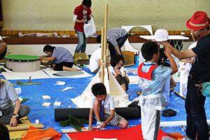 楽しみながら作業に取り組む子どもたち