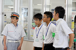 JR古賀駅での職場体験の様子