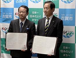 株式会社サイネックス代表取締役の村田吉優(むらたよしまさ)さん(向かって左)と中村市長