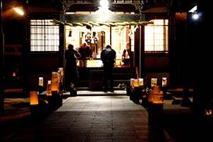 日吉神社の参道をやさしく照らす灯篭