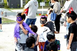 ハロウィンの仮装をする子どもたち