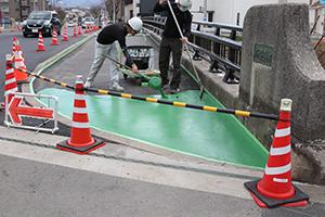 庄橋補修工事 舗装が緑に