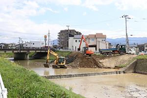 大根川(他)河道掘削工事 2台の重機が川底の土を掘削、搬出作業中