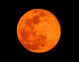 真っ赤な月
