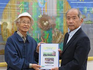 古賀市立図書館の長崎館長に贈呈しました