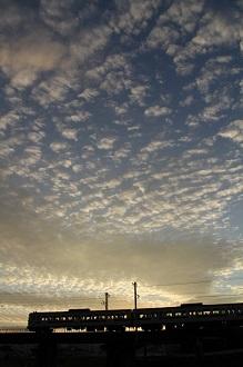 うろこ雲と電車