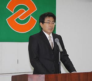 仕事始めの式で年頭挨拶を述べる竹下市長
