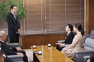 市長から松本さんと大賀さんへ
