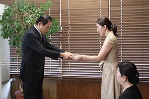 大賀里香さんに辞令を渡す市長