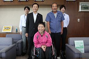 米倉さんを囲んで全員で記念撮影