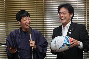 福岡選手のサイン入りボールを紹介