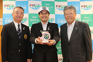 日本ゴルフ協会の佐野文範・常務理事と古賀ゴルフ・クラブの田中優次・理事長と