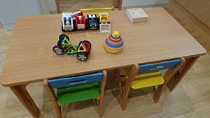 テーブルとおもちゃ